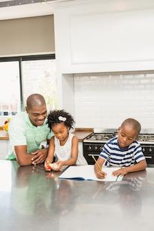 Padre con i bambini in cucina