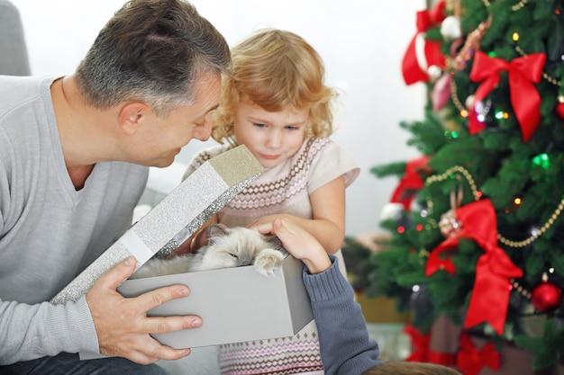 Papà con confezione regalo di natale per bambini