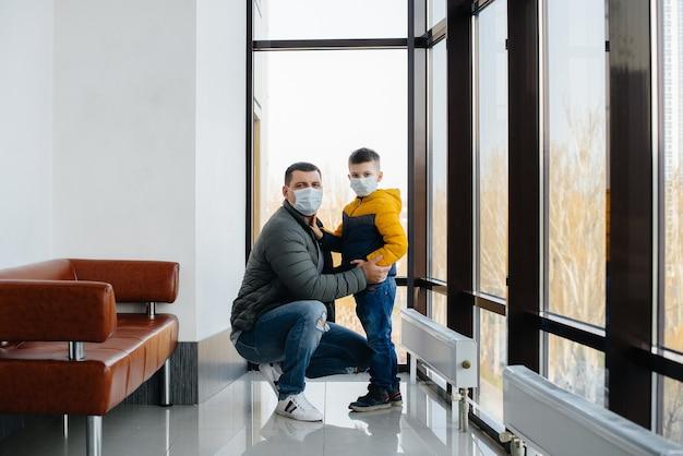 Un padre con suo figlio sta in una maschera durante la quarantena. pandemia, coronavirus.