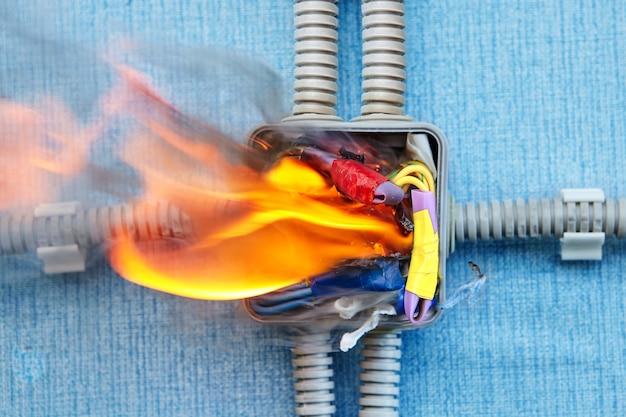 Cablaggio elettrico difettoso, incendio scoppiato nella scatola di distribuzione.