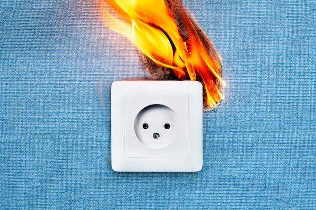 Un incendio del cablaggio elettrico difettoso causa la maggior parte degli incendi.