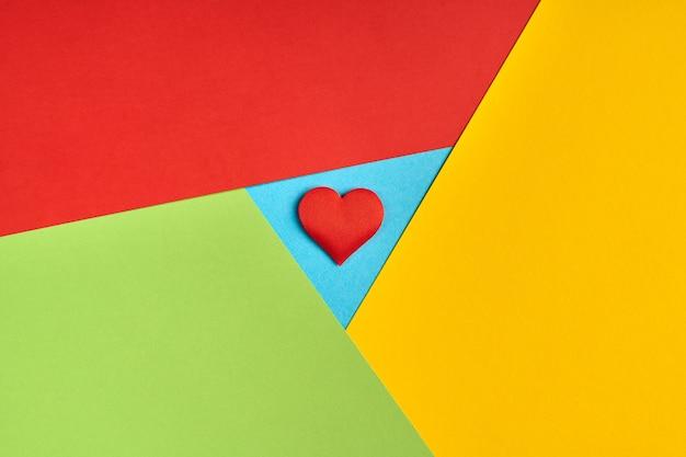 Logo del browser preferito dalla carta. colori rosso, giallo, verde e blu. logo colorato e luminoso con cuore rosso.