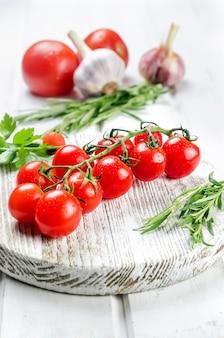 Fmazzo di succosi pomodorini rossi biologici al rosmarino verde