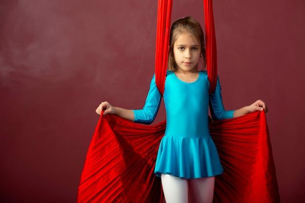Fearless bella bambina in una tuta da ginnastica blu