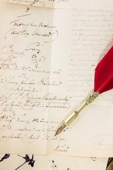 Penna piuma su carta vecchia con lettera antica