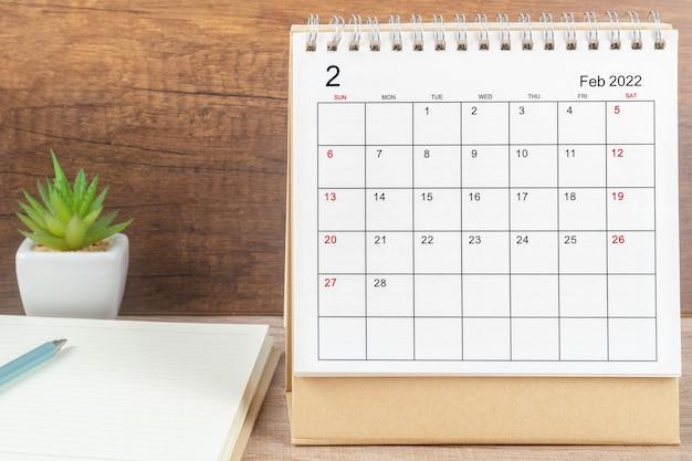 Mese di febbraio, scrivania del calendario 2022 per l'organizzatore per la pianificazione e il promemoria sul tavolo. concetto di riunione di appuntamento di pianificazione aziendale