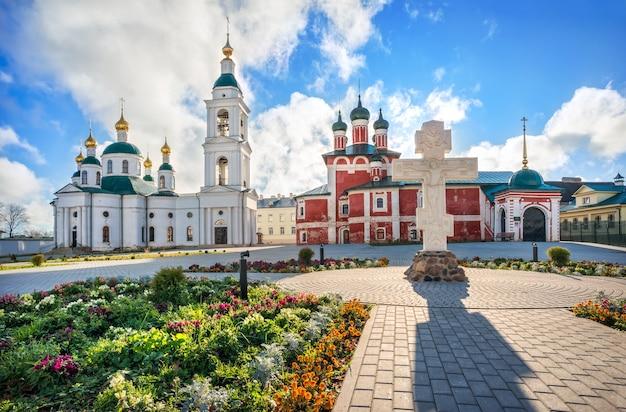 Chiese fedorovsky e smolensky nel monastero dell'epifania a uglich e fiori sotto i raggi del sole autunnale