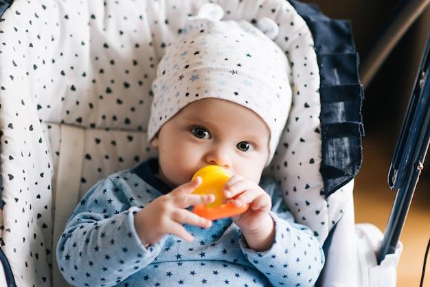 Alimentazione. bambino adorabile del bambino che mangia nel seggiolone. bambino