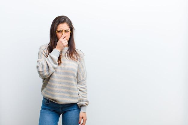 Sentirsi disgustati, trattenendo il naso per evitare di annusare un fetore sgradevole e spiacevole
