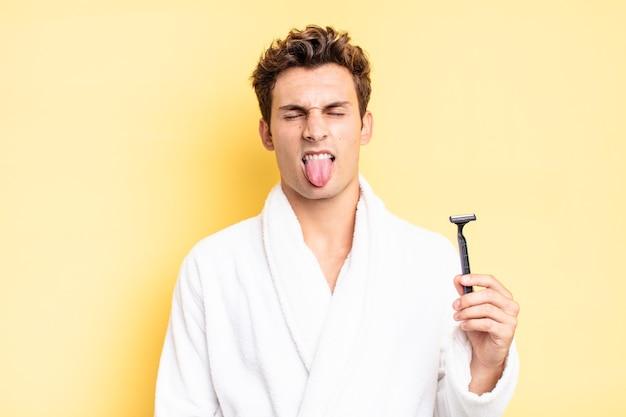 Sentirsi disgustato e irritato, tirare fuori la lingua, non gradire qualcosa di brutto e schifoso. concetto di rasatura