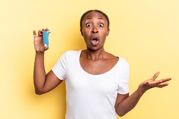 Sentirsi estremamente scioccati e sorpresi, ansiosi e in preda al panico, con uno sguardo stressato e inorridito. concetto di asma