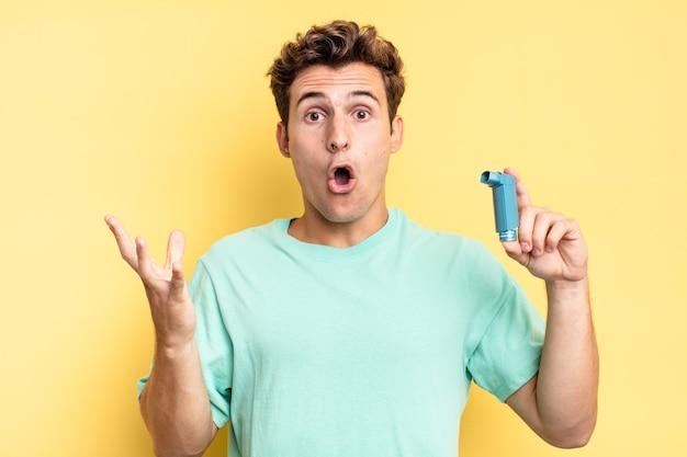 Sentirsi estremamente scioccato e sorpreso, ansioso e in preda al panico, con uno sguardo stressato e inorridito. concetto di asma