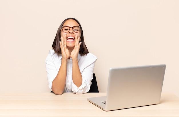 Sentirsi felici, eccitati e positivi, emettere un grande grido con le mani vicino alla bocca