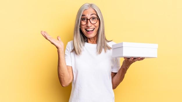 Sentirsi felici, eccitati, sorpresi o scioccati, sorridere e stupirsi per qualcosa di incredibile e tenere in mano una scatola bianca