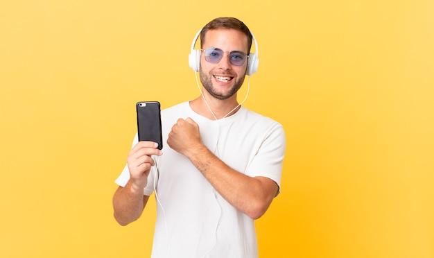 Sentirsi felici e affrontare una sfida o festeggiare, ascoltare musica con le cuffie e uno smartphone