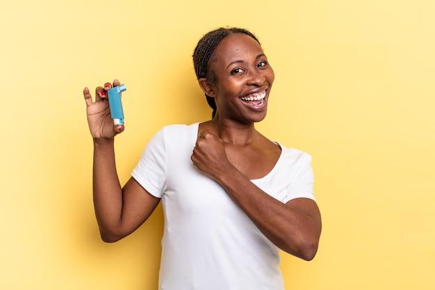 Sentirsi felici, positivi e di successo, motivati di fronte a una sfida o celebrare i buoni risultati. concetto di asma
