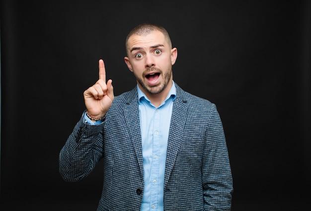 Sentirsi come un genio felice ed eccitato dopo aver realizzato un'idea, alzando allegramente il dito, eureka!