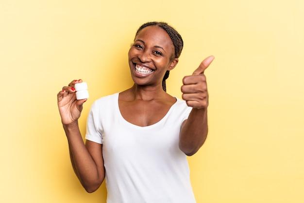 Sentirsi orgogliosi, spensierati, fiduciosi e felici, sorridere positivamente con il pollice in alto. concetto di pillole