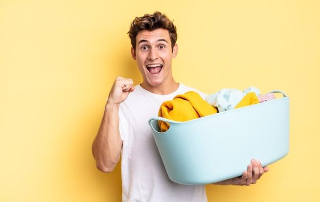 Sentirsi scioccati, eccitati e felici, ridere e festeggiare il successo, dicendo wow!. concetto di lavaggio dei vestiti