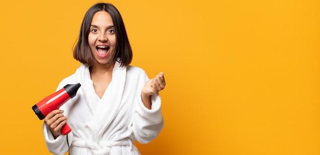 Sentirsi scioccato, eccitato e felice, ridere e festeggiare il successo, dicendo wow!