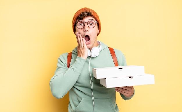 Sentirsi scioccati e spaventati, sembrare terrorizzati con la bocca aperta e le mani sulle guance. concetto di pizza