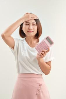 Sensazione di stress, infelicità, preoccupazione per la ricevuta o la ricevuta e la calcolatrice davanti per calcolare il pagamento o l'onere dello shopping eccessivo