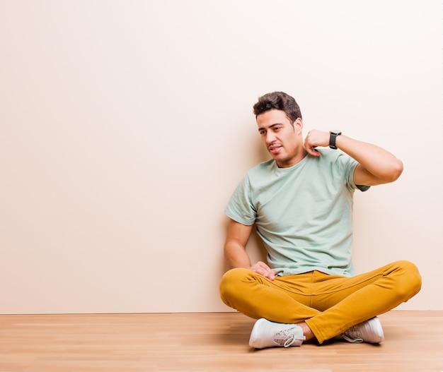 Sentirsi stressati, ansiosi, stanchi e frustrati, tirare il collo della camicia, sembrare frustrato dal problema