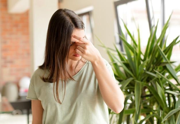 Sentirsi stressati, infelici e frustrati toccando la fronte e soffrendo di emicrania o forte mal di testa