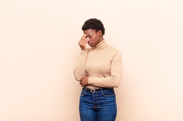 Sentirsi stressati, infelici e frustrati, toccare la fronte e soffrire di emicrania di forte mal di testa