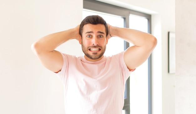 Sentirsi stressati, preoccupati, ansiosi o spaventati, con le mani sulla testa, farsi prendere dal panico per un errore