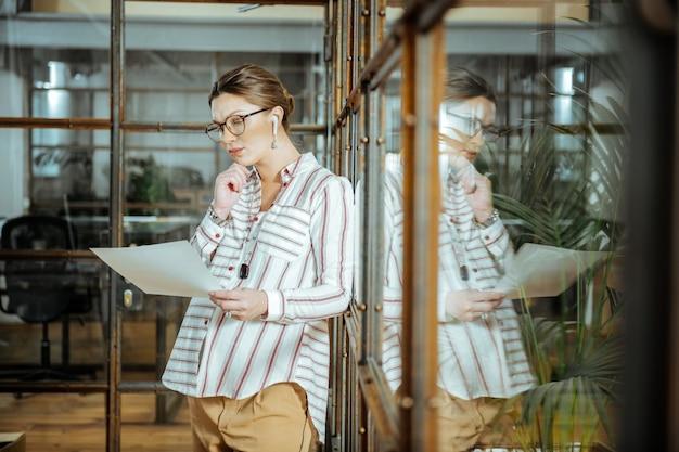 Sensazione di pensiero. elegante designer incinta che si sente premuroso e nervoso prima della presentazione