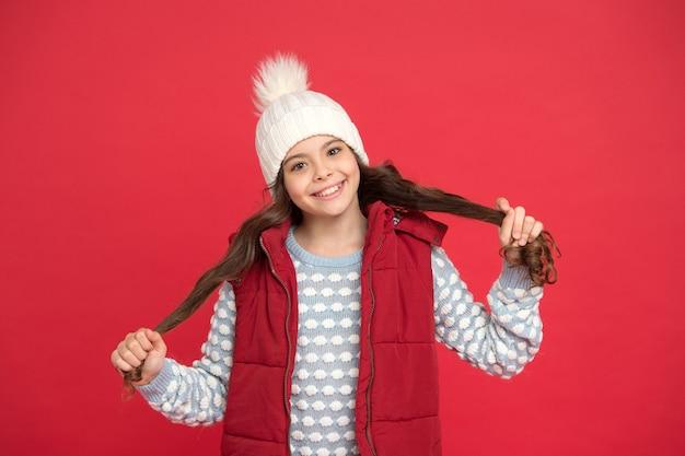 Sentirsi caldo e felice. bambino allegro in abbigliamento a maglia accogliente. moda invernale per bambini. felicità dell'infanzia. buone vacanze invernali e attività. previsioni del tempo. maglieria di alta qualità.