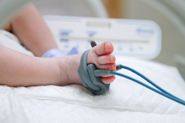 Piedi del bambino appena nato malato in incubatrice