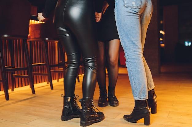 Piedi di persone che ballano a una festa in discoteca. irriconoscibile.
