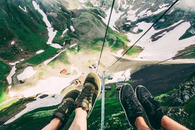 Selfie di piedi sulla funivia sochi con le montagne sullo sfondo