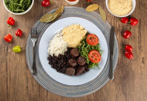 Feijoada. piatto di cibo tradizionale brasiliano. cucina brasiliana. vista dall'alto.