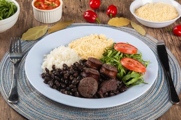 Feijoada. piatto di cibo tradizionale brasiliano. cucina brasiliana.