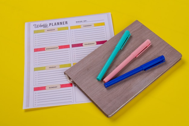 Pennarelli sul libro e sul calendario settimanale.