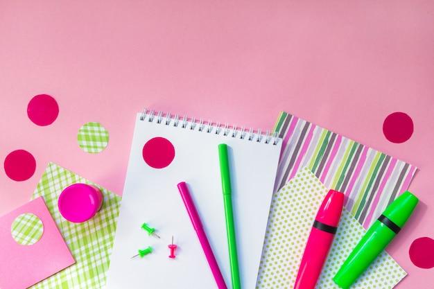 Quaderni con pennarelli per il lavoro a scuola sul rosa