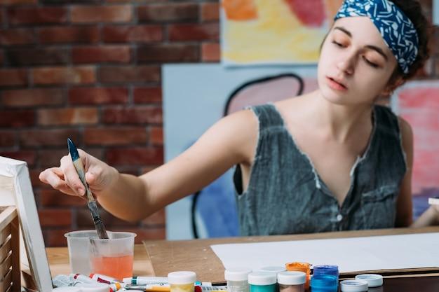 Pittura dell'artista femminile nell'area di lavoro creativa