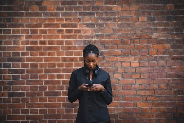 Atleta femminile che invia un messaggio di testo