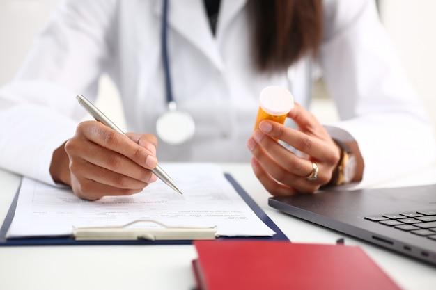 Vaso nero femminile della stretta della mano del medico della medicina di medicina
