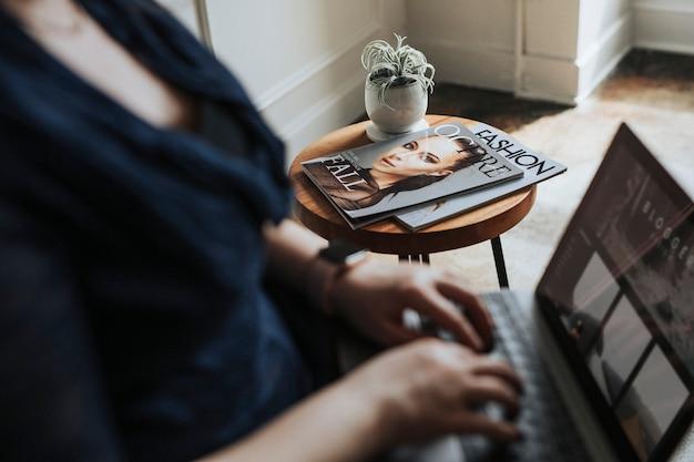 Blogger donna che usa un laptop