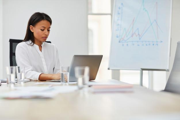 Capo femminile al lavoro