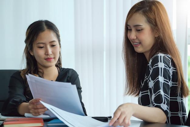 Una consulente aziendale donna descrive un piano di marketing per impostare strategie di business per le donne imprenditrici.