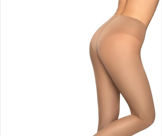 Glutei femminili in mutandine modellanti color pelle