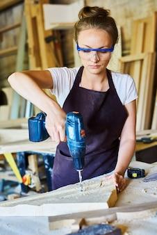 Carpentiere femminile che lavora nel negozio