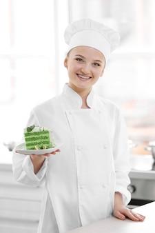 Cuoco unico femminile che lavora alla cucina