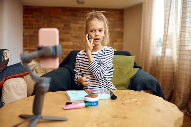 Figlia femmina registra blog, vlog hobby creativo, piccola blogger