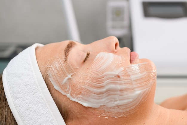 Il cliente femminile si rilassa con gli occhi chiusi giaceva sul divano al salone di bellezza spa